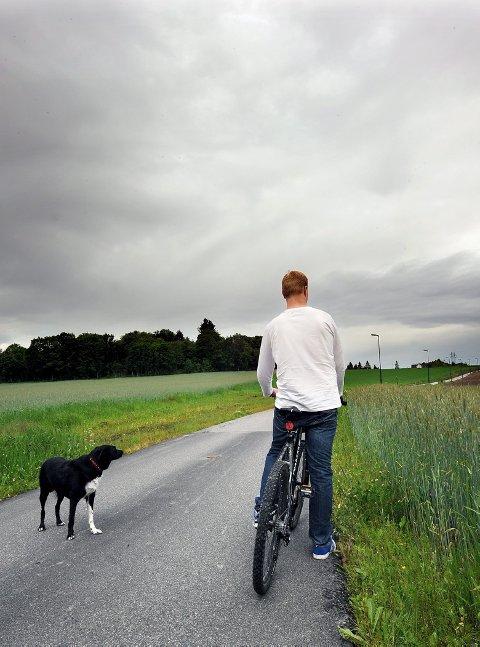PÅ SYKKELTUR: 23-åringen liker å sykle sammen med hunden. Etter en pågripelse 31. mai i fjor fikk 23-åringen hjerneskade som en følge av en hjertestans. Aust-Telemark tingrett slo denne uken fast at hjerneskaden var politimannens skyld.