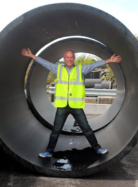 Jan Tore Sanner ble imponert over dimensjonene på røra som lages hos Pipe Life på Skjerkøya.