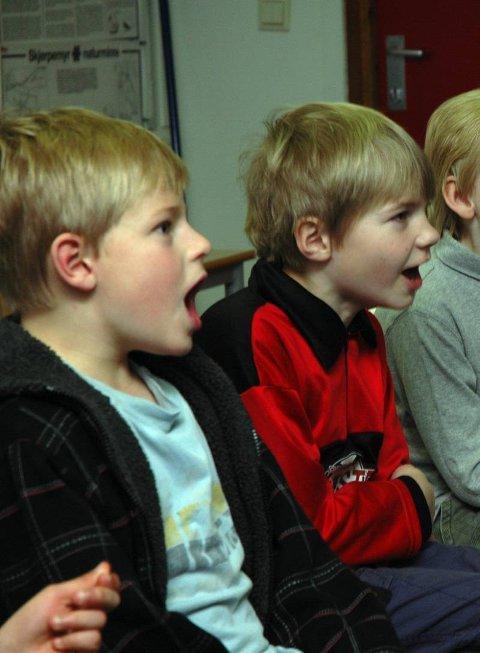 PUST: Elevene ved Grua skole lærte snarveien til joiken. Første trinn er å lære å puste inn gjennom nesen og ut gjennom munnen. Deretter legger du på vokal lyd. Så må du finne rytmen.