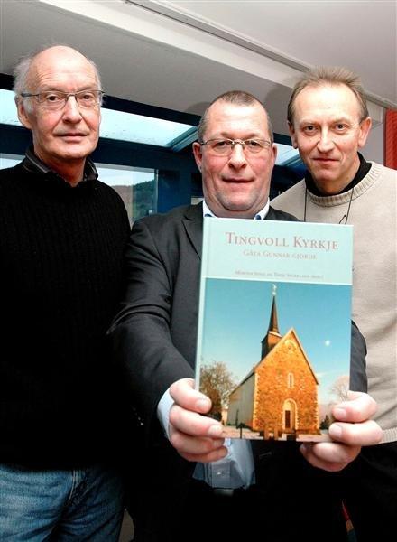 Grubleseminardeltager Terje Ramsøy-Halle (fra venstre), banksjef Finn Moe Stene og kapellan Kåre Rånes er godt fornøyd med boka om Tingvoll kirke.