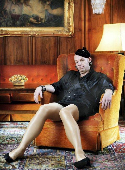 SKEIVT PROSJEKT: Espen Thoresen var en av flere kjendiser som stilte opp på dette humoristiske fotoprosjektet. Foto: Studio CB