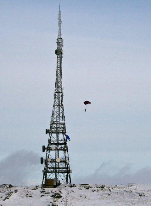 Tre basehoppere hoppet fra masten på rundemannen i 1430-tiden søndag.
