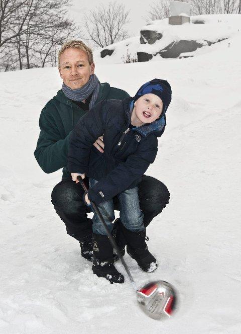I Larvik: Tom Frode Wallin med sønnen Philip har som mål å samle inn  30 millioner kroner til kreftsaken. I morgen er han i larvik med sin aksjon.