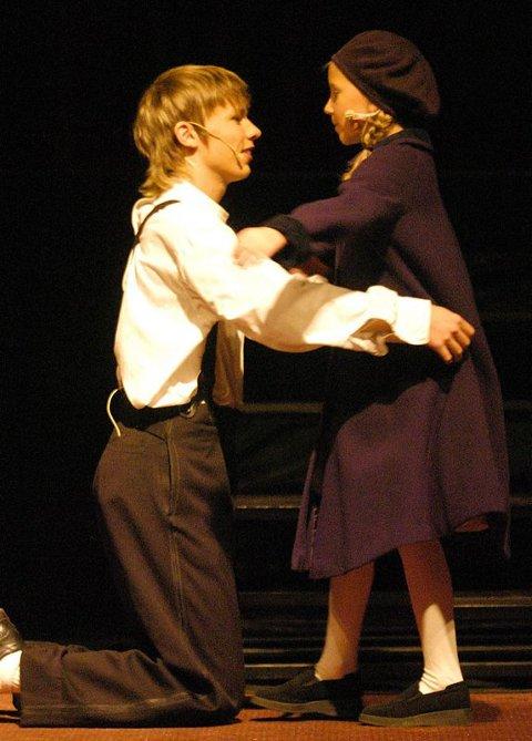 BARNDOM: En rørende scene med unge Scrooge (Einar K. Marsøe) sammen med lillesøsteren Fanny (Kristin Jønland).