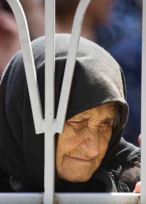 En georgisk kvinneventerpå humanitær hjelp i byen Gori, som er okkupert av russiske tropper (19. augtust 2008).
