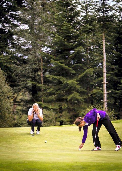 STUDERER: Kristin studerer nøye før ho skal putta under helgas runde i norgescupen i golf.