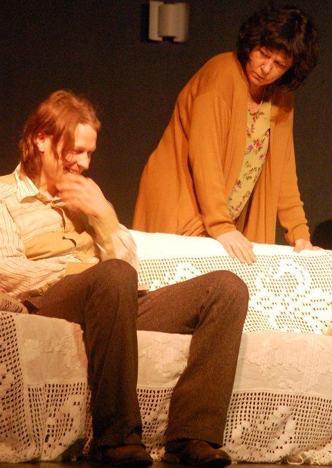 MOR OG SØNN: Tom (Gjermund Mathisen) og moren Amanda Wingfield (Kirsten Jåvold Hagen) i meget godt samspill.