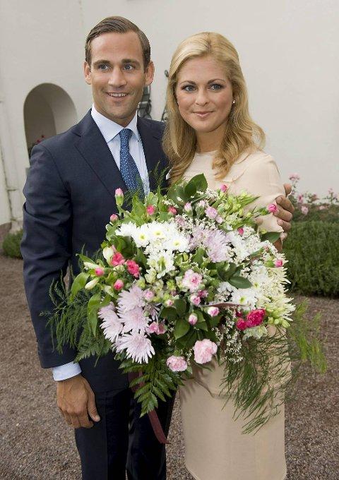 Sveriges prinsesse Madeleine og forloveden Jonas Bergstrom poserer for fotografene under annonseringen av forlovelsen på Solliden slott på Øland 11. august 2009.
