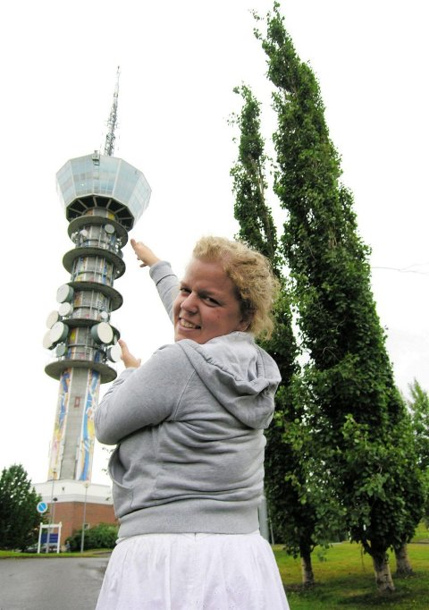 HOLDER TÅRNET: ? Dette bildet kan du jo bruke, sier Else om bildet hvor hun holder Tyholttårnet på toppen av Trondheim. ? Selv om det verken er flatterende for deg som fotograf eller for meg som menneske.