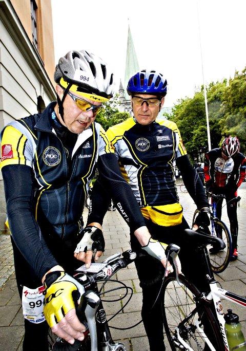 DUSKUSJON: Magnar Røneid (t.v.) og Halvor Nordstoga diskutterer tidsskjema på sykkelen til Røneid. Nordstoga måtte desverre bryte løpet etter en velt.