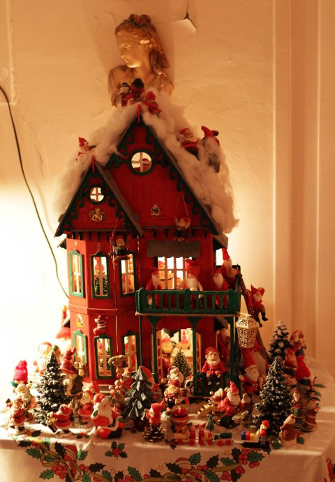 PLASS TIL NITTI: Bjarne har gjort dette dukkehuset om til et julehus, der til sammen rundt nitti nisser har fått plass inne og ute. Noen koser seg i stampen, mens andre hygger seg på kjøkkenet.