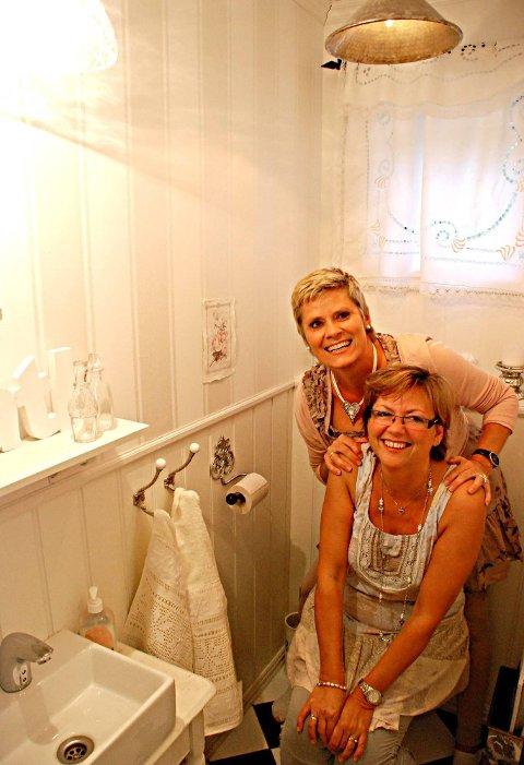 Hyggelig på do: Også på toalettet er det fullt mulig å kjøre den landlige og romantiske stilen helt ut. Heidi Frøshaug og Cathrine Rød Gundersen poserer gjerne.
