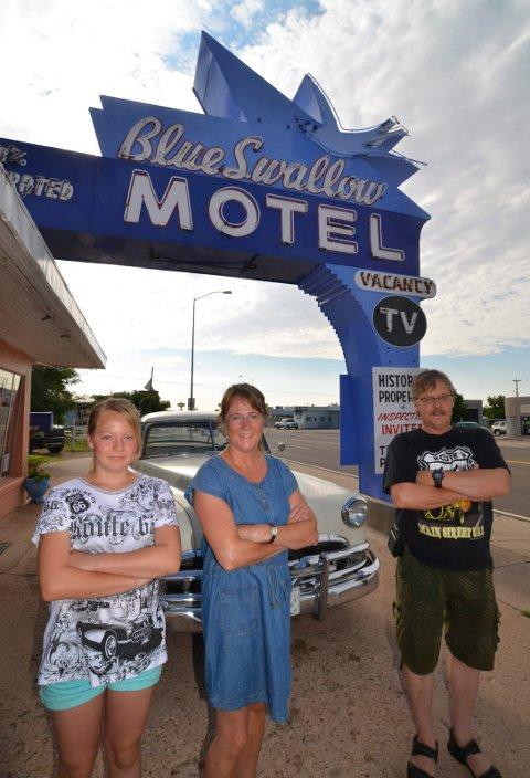 Familieferie: Valdres-familien Ann Kristin Haaseth,   Emilie Haaseth Hermundstad og Olav Hermundstad valgte Amerikaferie i bil denne sommeren. Her foran det klassiske motellet Blue Swallow i Tucumcari, New Mexico.