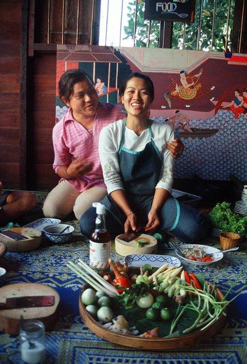 Mai Natoom får hjelp av transvestitten Barbara til å lære bort thailandske hemmeligheter til matturistene.