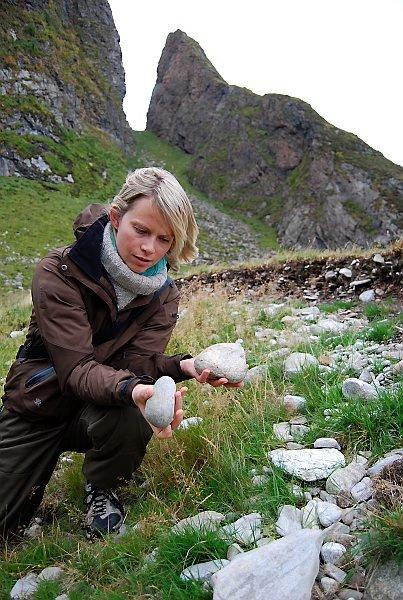 Rullestein i 7000 år gamal strandvoll på nordvestsida av Kinn. Arkeolog og formidlingsleiar på Kystmuseet Ida Dyrkorn Heierland