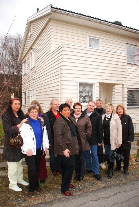 Gjensyn: Lørdag besøkte ti av adoptivbarna fødestua i Gamleveien i Mysen der de alle ble født. Her drev jordmor Magnhild Lunder fødestue fra 1947 til 1957. For mange ble det et sterkt gjensyn.