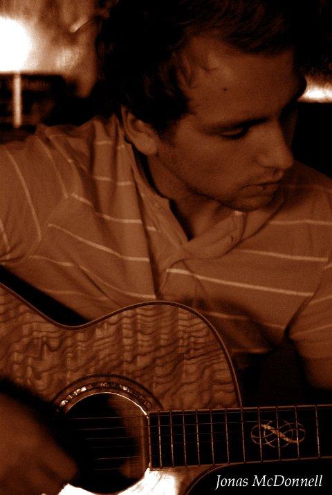 Jonas McDonnell deltar i Oppdrag Demo med to egne låter.