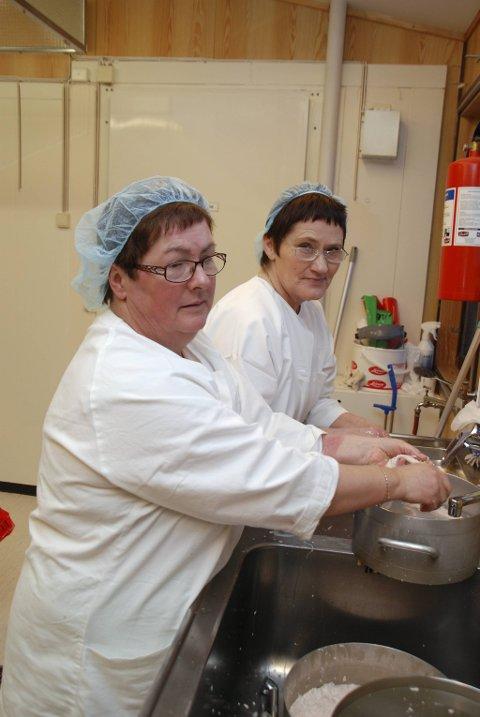 RENSKER LEVER: Som ekte mehamnjenter kan selvsagt kokkene Vera Leinan (nærmest) og Torny Eilertsen kunsten å renske lever.
