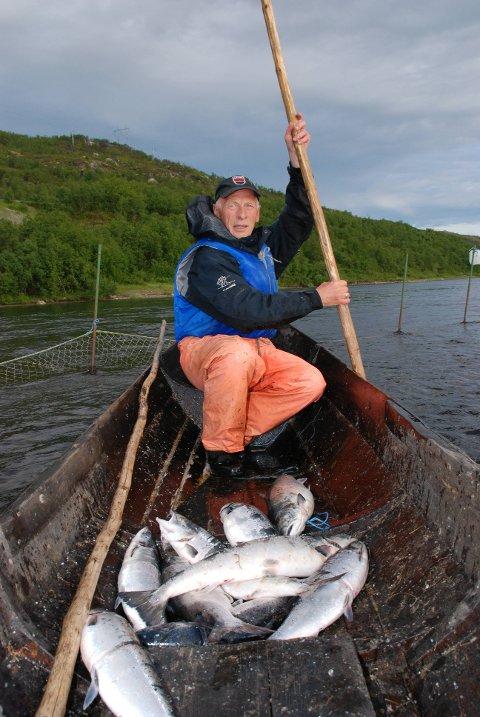 UNIVERSALREDSKAP: Hvis du ikke kan bruke stake, er du sjanseløs som stengselsfisker, forklarer Andreas Njarga. Staken er et universalredskap som man både bruker til å flytte båt og bruk, samt måle dybden. Vannstand er noe av det viktigste å ha full kontroll på.