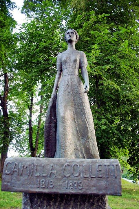CAMILLA COLLETT: ? Denne statuen er den flotteste i Eidsvoll, sier leder i Eidsvoll historielag, Benjamin Baraas. Statuen er laget av Ada Madsen, og ble avduket 6. november 1977 av prinsesse Astrid. Den står ved Eidsvoll kirke.