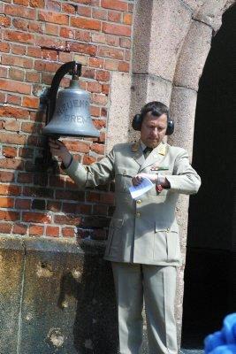 Kommandant Øyvind Sjuls ringte til gudstjeneste med den gamle skipsklokka.