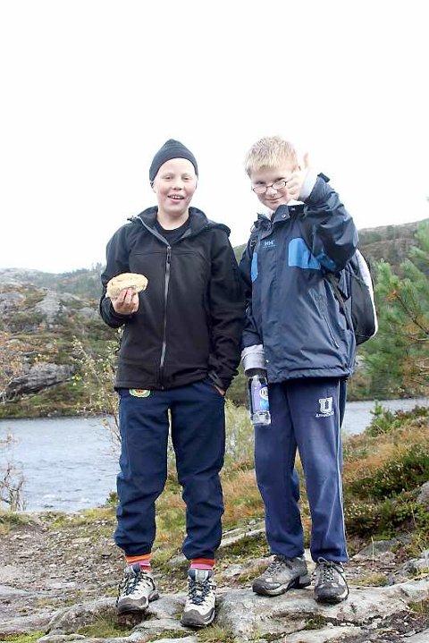 Åsmund og Magnus koste seg med skillingsboller og vann, da de endelig nådde toppen .