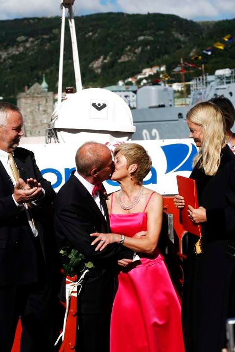 Med begeistrede gjester til stede ble paret viet av en dommer om bord på Beffen før de fikk kysse hverandre.