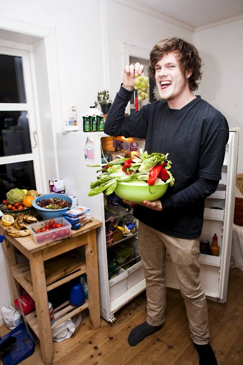 Håvard Hulløen (22) finner blant annet masse grønnsaker og frukt.