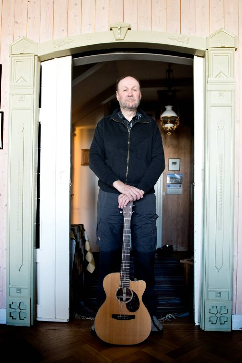 Ole Thomsen har spilt gitar i 50 år og er en «musikernes musiker». Han fikser det meste, alt fra blues til bossanova.