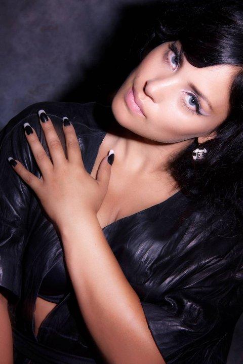 Mira Craig synger MGP-vinnerlåten «Hold On Be Strong» for første gang under jubileumsshowet. I MGP var det Maria Haukaas Mittet som sang låten hennes.