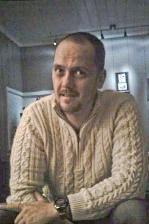 Da Frode Lyngstad skrudde på tv-en på søndag, rullet Elkjøp sin julereklame over skjermen med en laptop til 9 000 kroner som lokketilbud. Det gjorde ham både opprørt og irritert.