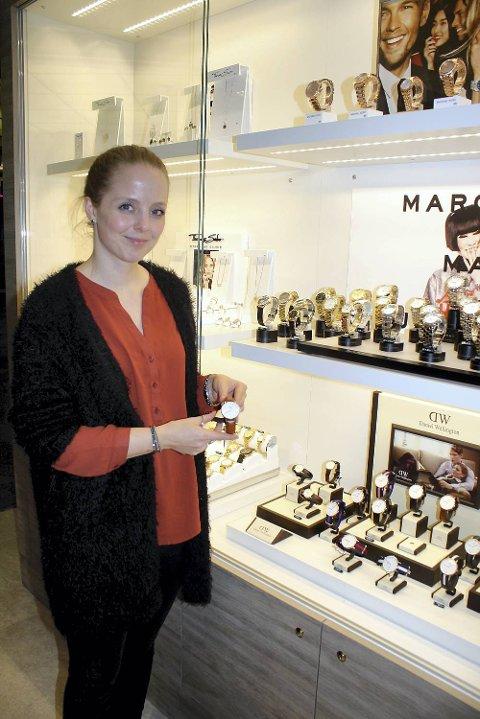 Butikkansvarlig Karoline Fosse hos Gullsmed J. Gjertsen forteller at mange menn er innom i siste liten for å handle smykker eller klokke til sin kjære.