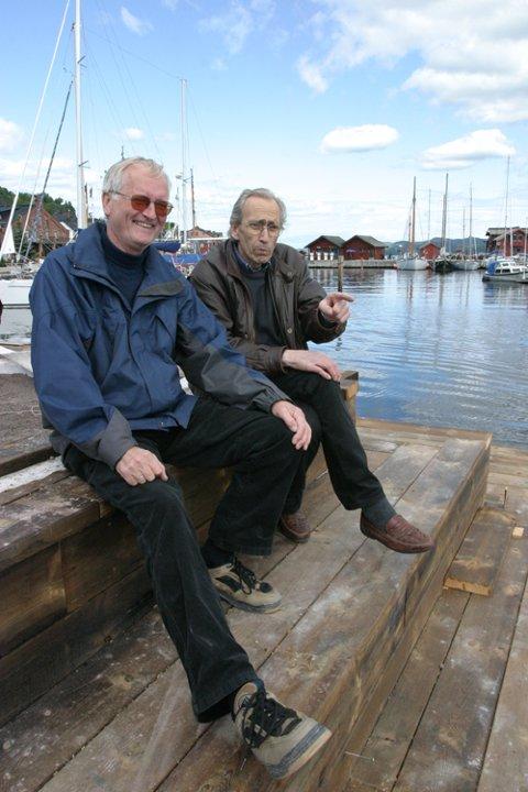 NY BRYGGEKANT: Ingeniør Terje Monsen og Tor Arne Ekelund tar en pust i bakken og lar seg imponere over arbeidene som er gjort ved tusenårsplassen. Ny bryggekant er på plass.  Vi skal også sette opp redningsstiger så fort det lar seg gjøre, sier Ekelund. (Foto: Marie Olaussen)