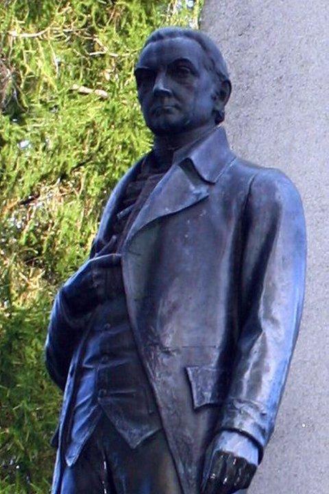 CARSTEN ANKER: Eier av Eidsvoll Verk. Laget av Jo Visdal, og avduket 16. mai 1914 av Kong Haakon VII, i forbindelse med 100-årsjubileet. Statuen står ved Eidsvollsbygningen.