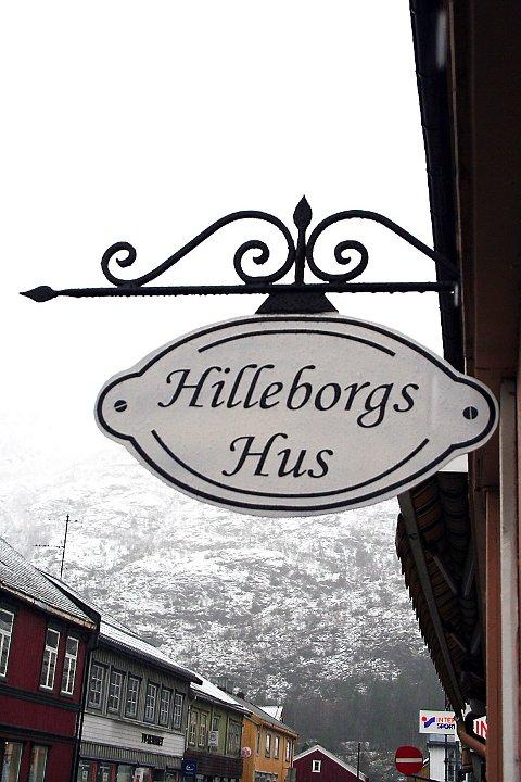HILLEBORGS: Et nytt skilt har kommet opp på et hus der Hilleborg Grøftrem en gang drev losji.