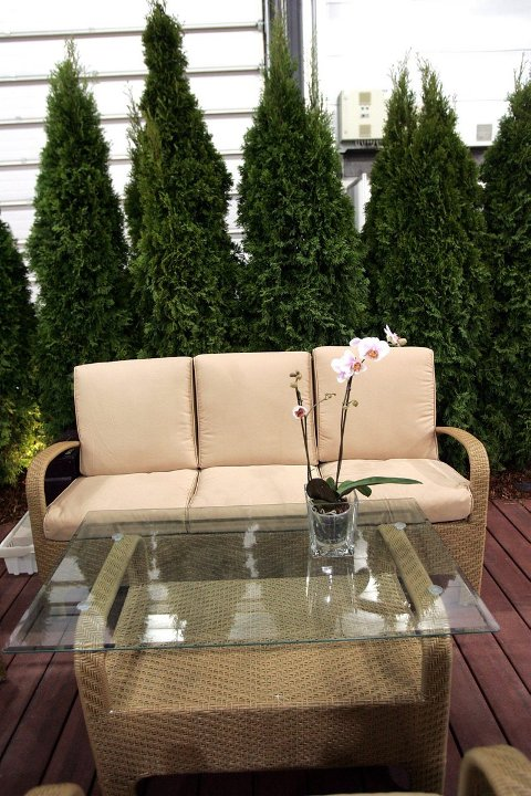 UTE SOM INNE: Grensen mellom inne og ute er blitt mer flytende. Terrassen møbleres mer som en stue med komfortable møbler.