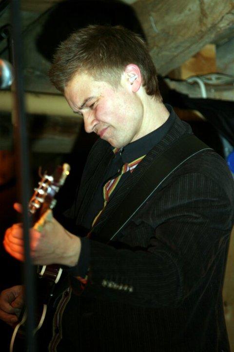 Etter At Åsmund Nesbø etter 24 år i bandet gav seg som gitarist i fjor, vart det opna for den første Florøværingen i bandet. Jørn Lasse Refsnes har langt frå svekka kvaliteten på Pegasus etter at han kom inn.