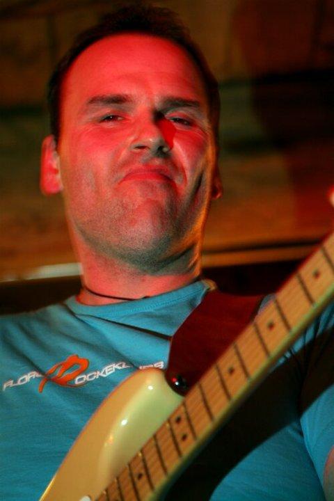 """NESTOR: Tor Hjalte fekk """"gullklokka"""" i år etter 25 år i Pegasus. Gitaristen er den einaste i bandet som er att frå då Pegasus vart skipa i Svelgen i 1981."""