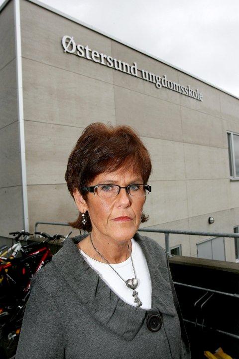 VARSLET POLITIET: Rektor Britt Eva Fløisbånn ved Østersund ungdomsskole ser svært alvorlig på gårsdagens hendelse, som ble meldt til politiet umiddelbart. FOTO: TOM GUSTAVSEN