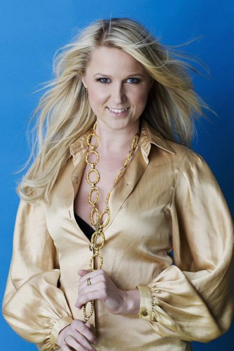 KOMMER TIL KULÅS: Caroline Jönsson har lang fartstid i svensk showbiz, men skal tilbringe deler av sommeren i Norge. (Foto: Torleif Robertsson)