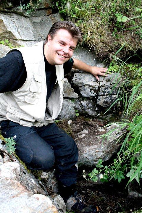 FORTSATT EN GÅTE: Da Engavatnet forsvant for 14 dager siden, ga det nytt håp til grunneiere og hobbyforskere om å finne svaret på gåten om vannets forsvinningsnummer. Men nå er vannet på tilbaketur. ? Det ser ut som vi bevarer mystikken rundt Engavatnet enda ett år, sier Jan Odvar Nielsen i Sør-Helgeland Opplevelser. (Foto: Sigfrid Hagerup)