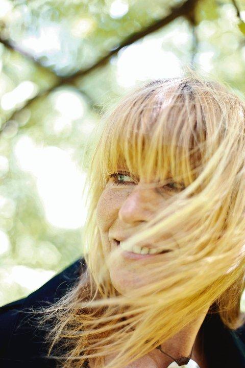 Hilde Heltberg er aktuell med nytt album  «Elske Fritt»  og fyller snart 50 år.