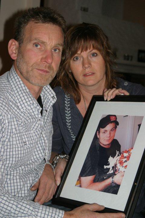Unni Tobiassen Lie og Haakon Lie mistet sønnen Benjamin. Moren er skuffet over at ingen enkeltpersoner blir straffet av politiet som følge av at 22-åringen døde.