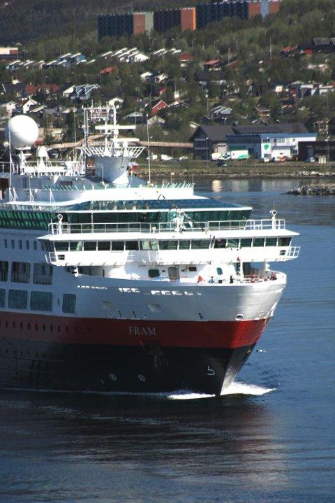 MS Fram sett fra Tromsøbrua. Tomasjordnes i bakgrunnen.