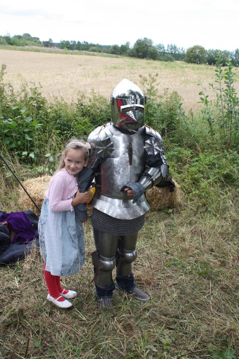 Solveig Kaspersen Langerud er slett ikke redd mannen i den skumle ridderrustningen. Hun har nemlig skjønt at det er broren Snorre som er på innsiden.