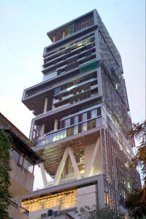 Huset ligger i Mumbai, i et område hvor tomteprisen ligger på rundt 60.000 kroner per kvadratmeter.