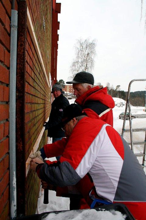 Det jobbes dugnad for fullt på Furulund for at OL-stadion skal framstå som godt tilrettelagt. Her er det medlemmer i Brevik Olympiske Komité som henger opp banner. Det er Per Kjetil Zachariassen, Einar Lunde og Gunnar Lundsholt.