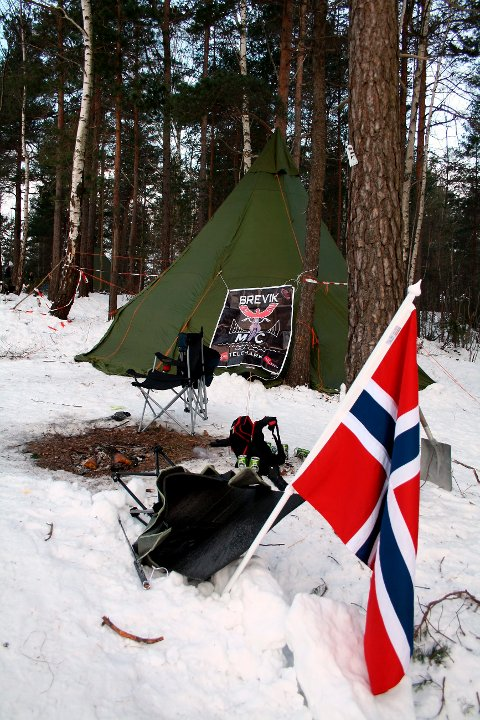 Medlemmene i Brevik MC-klubb sov fortsatt i lavvoen i Bullåsen søndag morgen klokka 09. De var sannsynligvis slitne etter å ha jobbet som parkeringsvakter i OL-byen Brevik hele lørdagen.