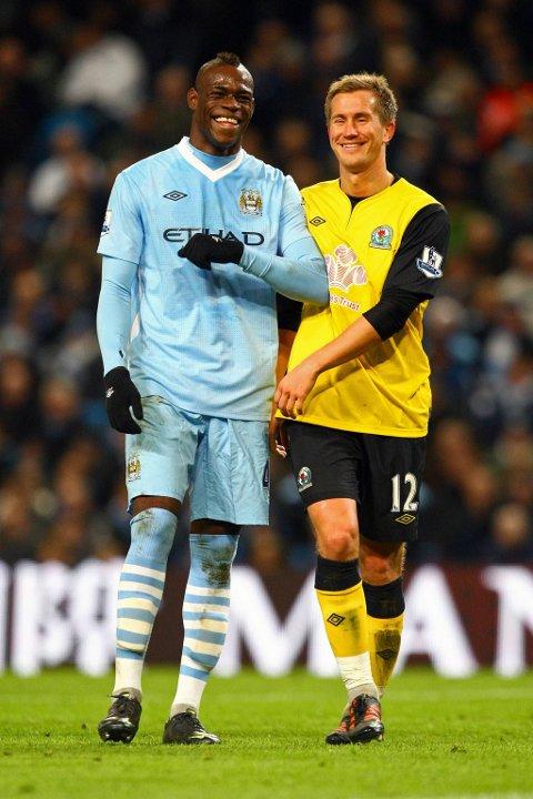 Mario Balotelli og Morten Gamst Pedersen i munter passiar under søndagens kamp mellom Manchester City og Blackburn.