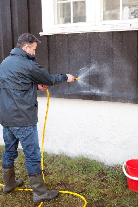 Til skylling er en vanlig hageslange det beste. Høytrykkspyleren kan gi unødvendige skader.